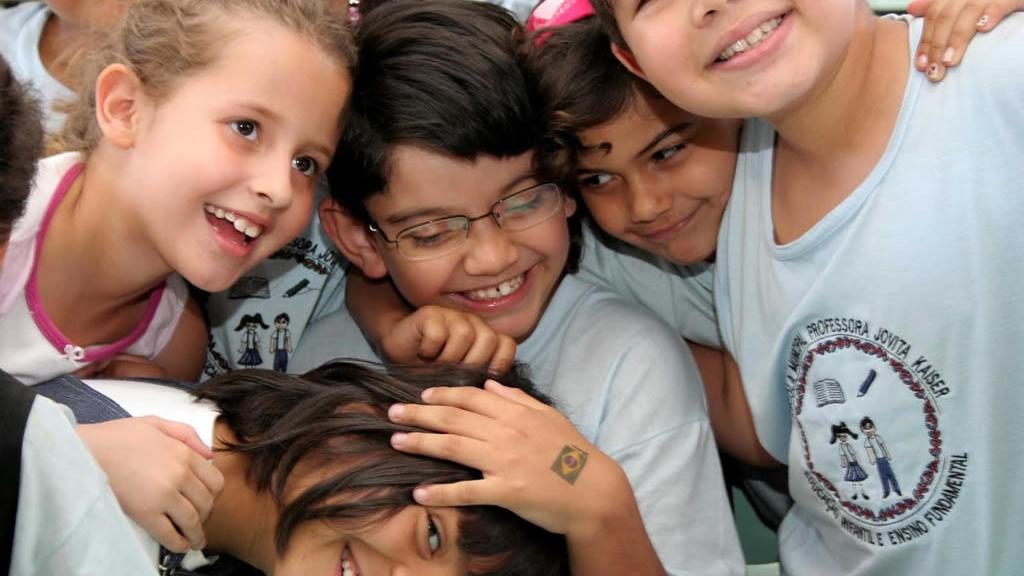 Niños abrazándose en una clase