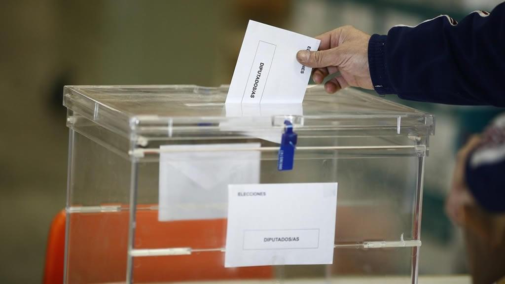 Persona depositando su voto en la urna